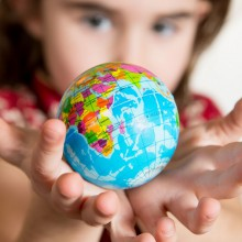 Little girl with a globe - discover the Universum Bremen with HiVino