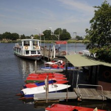 enjoy the beautiful surroundings of Friedrichstadt by boat discoverd with HiVino
