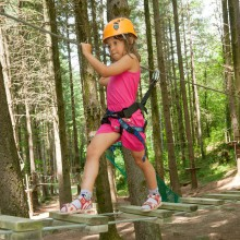 Young girl has fun while climbing - discover the climbing forest Taunus with HiVino