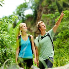 Couple have fun on a hike – with HiVino