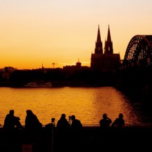 couples enjoying the beautiful atmosphere of the Hohenzollernbridge Cologne- HiVino